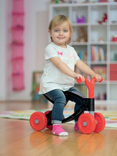 Detské odrážadlo od nemeckého výrobcu hračiek #BIG je kvalitná pohybová pomôcka vo forme skútra. Detské odrážadlo je vyhotovené v modernej farbnej červeno-čiernej kombinácii.