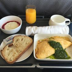 @inflightwithpeter: #Breakfast: Mushroom and Pork Sausage Omelette. #Qantas #qf507 #bnesyd #businessclass #planefood #avgeek #aviation #flying #planes