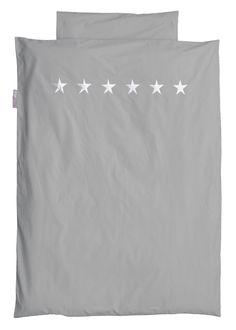 Bettwäsche grau Sterne silber  - Material: Baumwolle  - Maße: 135 x 200 cm und 80 x 80 cm  - Sterne Abbildung  - Maschinenwäsche: bei 40 °C