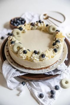 Mustikka-valkosuklaajuustokakku - Leivontablogi Makeaa Camembert Cheese, Dairy, Food, Hoods, Meals