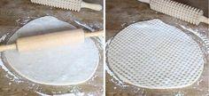 2. Kavla ut degen på ett mjölat bakbord, ca 1 cm tjock. Kavla sista varvet med en kruskavel eller nagga tätt med en gaffel. Fudge, Camembert Cheese, Projects To Try, Dairy, Food, Facebook, Kitchens, Bakken, Essen