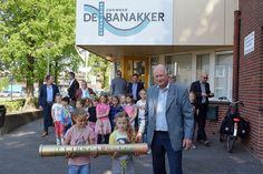 Op 11 mei 2017 vierden we de eerste bouwactiviteiten voor de nieuwe Banakker. In aanwezigheid van o.a. wethouder Jan van Hal, wethouder Ron Dujardin en Pellikaan is er samen met de kinderen van basisschool de Klankhof een tijdscapsule onder het nieuw te bouwen zwembad geplaatst.