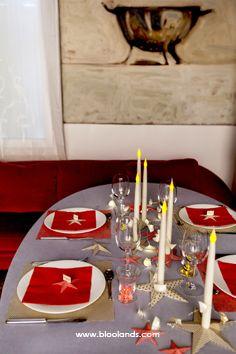 Quelques bougies led, des serviettes en papier de la couleur que vous préférez et voici un décor de table ravissant ! Decoration Table, Voici, Candles, Christmas Tabletop, Towel Paper, Towels, Color, Candy, Candle Sticks