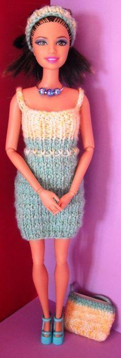 Salut, Encore un jour de pluie donc encore une tenue au menu ce soir ! lol ! Voilà donc une petite robe verte et jaune accompagnée d'un bandeau et d'un sac. Cette tenue vient au départ du site Stickatill Barbie mais je ne l'avais pas vu, je l'ai surtout...