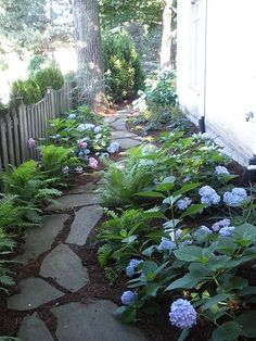 A beautiful DIY landscaping path. perfect for a side yard A beautiful DIY landscaping path. perfect for a side yard Diy Jardin, Unique Garden, Natural Garden, Easy Garden, Creative Landscape, Landscape Designs, Landscape Plans, House Landscape, Back Yard Landscape Ideas