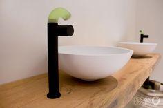 Maatwerk badkamer met organic feel, Solid Surface (Corian) bad en waskommen, Zazzeri Pop kranen en douche. Met kerlite tegels die niet van echt zout zijn te onderscheiden tegen de wand maakt de organic feel helemaal af | #design_badkamers_breda #breda_design_badkamers