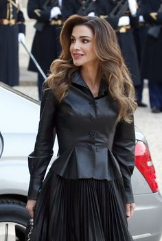 Queen Rania of Jordan arrives at the Elysee Presidential Palace for a meeting with French President Emmanuel Macron and his wife Brigitte Macron on March 2019 in Paris, France. Jessica Day, Jessica Jung, Estilo Real, Teen Choice Awards, Reina Noor, Irina Shayk, 50 Most Beautiful Women, Royal Hairstyles, Meg Griffin