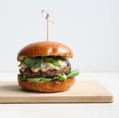 Vietnamese Burger, maar dan Culinessa style. Denk aan frisse combinatie van kruiden met een lekker gekruide hamburger.