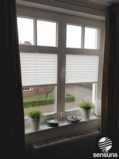 Wie wäre es mit einem neuen, modernen Sichtschutz am Fenster? Weiße Plissees der Marke sensuna® und Flächenvorhänge nach individuellen Wünschen konfigurierbar.