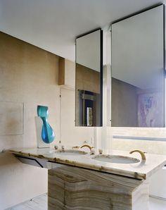 La salle de bains joue l'érotisme froid avec un vase d'Emmanuel Babled (Galerie Yves et Victor Gastou), vasques en marbre et une sérigraphie sur toile La Source d'Alain Jacquet, 1965, (Galerie Yves et Victor Gastou) reflétée par le miroir.