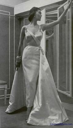 #Dior evening gown, 1950. https://www.pinterest.com/olgatoptour/dior-cosmetics https://www.pinterest.com/olgatoptour/dior-coat https://www.pinterest.com/olgatoptour/dior-clutch Hey @bberghammer50, @candessmicala, @lastmoyo, @CarmenLudi! What are you thinking about this #DIOR pin?