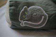 décoration de coussin : appliqué chat au crochet.