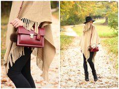 """Oxblood гимназии """"Сен-Лоран красный ранец, сумка с мехом слоеного аксессуар, верблюд бахрома пончо, пончо с леггинсами и утка сапоги наряд, лучше стильные ботинки снега"""