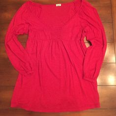 SALE FIRM SPLENDID adorable top. Med. EUC⭐️ EUC This is the cutest most flattering top by Splendid in a pretty red. Baby doll style with elastic detailing at neck and shoulders. Sleeves have a thin band at wrist . The sleeves have a slight poet shirt hang. So cute!! .Worn 2 or 3 times. Medium Splendid Tops