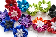 These cute little flowers come in such stunning shades! They can be worn as both a brooch or a hairclip.All pieces are made to order, please allow 1 week from date of payment, for the item to be made before it is posted.All flowers are small-medium (2.5 inches diameter), 5 or 6 petal flowers made of habotai silk or polysilkEach piece is backed with both a brooch finding and crocodile hair clip. If you would prefer a brooch backing only or a hair clip only please mention ...