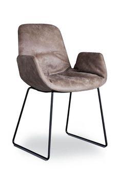 Tonon STEP - der Step Leder Armchair 9w4.94 von Tonon- ein filigraner Design Stuhl mit elegantem Stahl Kufengestell. Dieser Design Stuhl verbindet modernes Design mit der Gemütlichkeit eines klassischen Sessels. Jetzt bei MBzwo online modernes Sitzmöbel Design entdecken und Step Chair in verschiedenen Farben bei MBzwo bestellen. #design #sitzmöbel #leder #stuhl #interior #esszimmer #wohnzimmer