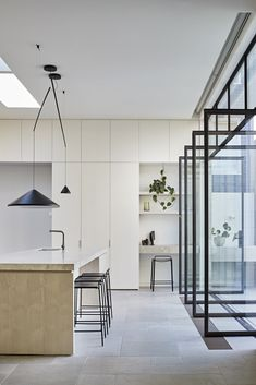 Perfectly positioned NORTH hanging lamp brings a grounded yet delicately balanced feel to this kitchen. Kitchen design by ROBSON RAK. Layout Design, Kitchen Desks, Cocinas Kitchen, Staining Cabinets, Contemporary Kitchen Design, Cuisines Design, Kitchen Styling, Interiores Design, Cheap Home Decor