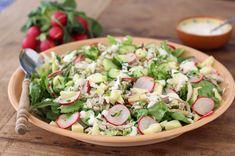 Een verrukkelijke salade voor de lente of zomer: deze salade met makreel, appel, radijs en yoghurtdressing is ook nog zo gemaakt.