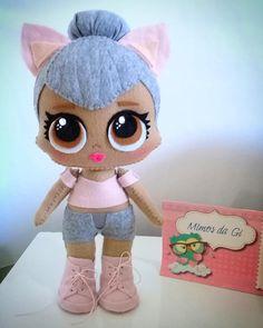 Uma gatinha.... 😻💟 LOL Kitty Queen #lol #lolsurprise #lolglitterati #lolkitty #lolkittyqueen #lolfeltro #lolfeltros #festalol… Lol Dolls, Cute Dolls, Lol Doll Cake, Felt Fairy, Warm Fuzzies, Felt Hearts, Felt Toys, Diy Doll, Amigurumi Doll