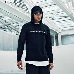 Urban style: black hoodie with white graphic print on the chest. Pair t with black joggers, a white long-line tee and a black cap | JACK & JONES