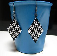Boucles d'oreilles élégantes et contemporaines réalisées à la main par mes soins par la technique de tissage brick stitch. Les perles utilisées sont des délicas MIYUKI, perl - 15275433