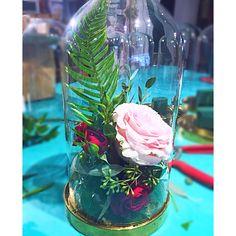 Burgundy and pink wedding centrepieces Pink Wedding Centerpieces, Glass Vase, Globe, Burgundy, Home Decor, Speech Balloon, Decoration Home, Room Decor, Interior Design