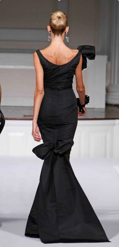 Any woman would feel like a divia in this gown by Oscar de la Renta