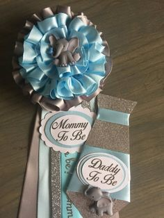 Mommy and Daddy to Be Pin FlowerTie Elephant Blue Grey Silver Add a guest pin Corsage PinBaby shower corsage pin boy Mommy and Daddy to Be Pin FlowerTie Elephant Blue Grey Silver Add a guest pin Corsage PinBaby shower corsage pin nbsp hellip Baby Shower Pin, Peanut Baby Shower, Baby Shower Deco, Baby Shower Balloons, Baby Shower Favors, Baby Shower Themes, Shower Ideas, Baby Favors, Mommy To Be Pins