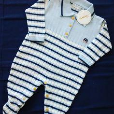 Saída maternidade para meninos, com detalhe bordado de carrinhos, disponível no tamanho P, Macacão listrado e mantinha marinho #macacaotricot #meninos #maternidade #principe #gestante #aaranbaby #boys #instaboys #mamaesdemenino