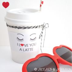 "Papieren bekers wit + deksel + gratis Valentijn ""I love you a latte"" printable - Jetjes & Jobjes"