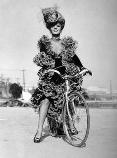 Marlene mit dem Fahrrad von kopf bis fuss