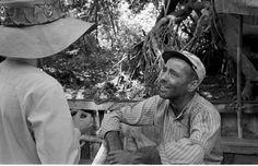 Humphrey Bogart and Katharine Hepburn in Africa during filming of The African Queen. Best Actress, Best Actor, Old Movie Cinema, Belgian Congo, John Huston, Katharine Hepburn, Humphrey Bogart, Rare Photos