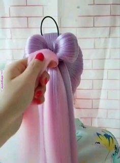 Rainbow Hair Bow Tutorial - Frisuren einfache - rainbow Stills Girl Hairstyles, Braided Hairstyles, Popular Hairstyles, Wedding Hairstyles, Kawaii Hairstyles, Simple Hairstyles, Pretty Hairstyles, Hair Bow Tutorial, Hair Tutorial Videos