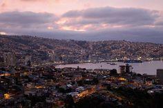 Se encienden las luces de la ciudad | by Apuntes y Viajes