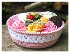 Crochet a basket with lace - free pattern.