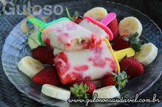 Como calor não diminui que tal refrescar-se com uma deliciosa Paleta Mexicana de Banana com Morangos? É super fácil, pode fazer já!  #Receita aqui: http://www.gulosoesaudavel.com.br/2014/12/19/paleta-mexicana-banana-morangos/