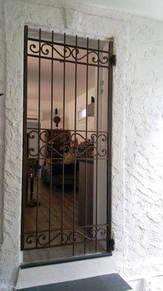 Grille de defense devant porte d 39 entree fer forg grille de protection en 2018 pinterest for Grille fer forge pour porte entree