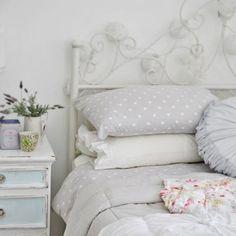 jolie table de chevet rustique, draps à pois gris et blanc