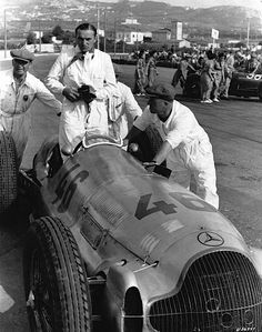 Coppa Ciano in Livorno, August Hermann Lang, who was to win the race, in a Mercedes-Benz W 154 during the starting preparations. Mercedes Classic Cars, Classic Race Cars, New Mercedes, Mercedes Benz Amg, Grand Prix, Le Mans, Vw Tdi, Daimler Benz, Racing Events