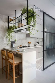 Cozinha aberta com bancada alta e painel em vidro com esquadria preta. Kitchen Room Design, Modern Kitchen Design, Home Decor Kitchen, Interior Design Kitchen, Kitchen Furniture, New Kitchen, Home Kitchens, Wood Furniture, Farmhouse Kitchens
