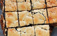A karácsonyi asztalon is ott a helye! A sok tölteléktől ilyen csodás! :) Hozzávalók: 38 dkg sima liszt csipetnyi só fél csomag sütőpor 1 csomag[...] Hungarian Desserts, Hungarian Cake, Hungarian Recipes, Poppy Cake, Edible Flowers, Cake Cookies, Sweet Treats, Fudge, Dessert Recipes