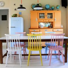 Belles chaises couleur pastel Pastel Room, Pastel House, Bleu Pastel, Rose Pastel, Colorful Chairs, Colorful Decor, Interior Design History, Mismatched Dining Chairs, Pastel Interior