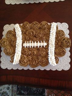 Football cupcake cake- I am so making this for Super Bowl! Could be cute with mini cupcakes too Football Cupcake Cakes, Cupcake Cookies, Football Birthday Cakes, Football Cake Design, Football Themed Cakes, Donut Cakes, Cupcake Wars, Super Bowl Party, Pull Apart Cupcake Cake