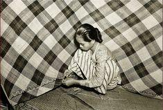Een rotanvlechtster aan het werk. Bandjermasin 1945-1955