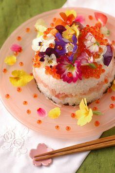 子どもの誕生日やひな祭りにぴったりの「ケーキ寿司」に、エディブルフラワーをたっぷり散らしてみては?いくらもみずみずしくてとてもきれいですね。 きらきらと輝く宝石箱のように、こんなに色鮮やかなちらし寿司を作ってもらったらきっと思い出に残りますよね。