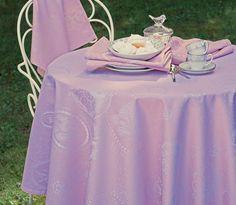 Garnier Thiebaut - Mille Eclats Sakura ein neuer rose - ton für Uni-Fans von schöner, klassischer Tischwäsche. Sie geben Ihre Tischmaße ein und unser Tischdeckenkonfigurator berechnet Ihre persönliche Tischdecke. Wählen Sie aus herrlichen Stoffen (abwaschbar oder reine Baumwolle) Ihren Favoriten. Nichts Passendes gefunden? Rufen Sie uns an unter Tel. (0281) 24173 und wir machen es passend! Sie sind sich in der Farbwahl nicht sicher? Gerne senden wir Ihnen Stoffmuster zu
