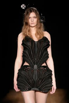 Escapism, Iris van Herpen, Paris Haute Couture Week, Kris Kuksi, printing - Fashion designer Iris van Herpen is widely recognized as one of fashion's most talented and forward-thinking creators who continuously pushes the boundaries of fashion design. 3d Fashion, Next Fashion, Fashion Prints, Couture Fashion, Fashion Show, Fashion Design, Iris Van Herpen, Couture Mode, Style Couture