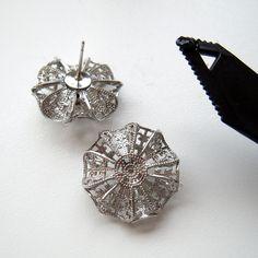 お花の透かしパーツを組み合わせて、立体的な円盤型のパーツを作りました。正面から見ると、絞り出しクッキーのようにも見えます。... Cufflinks, Accessories, Wedding Cufflinks, Jewelry Accessories