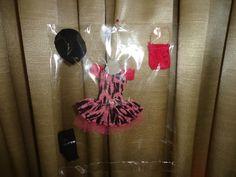 Roupas para bonecas Monster High.   NÃO SERVE EM BONECAS BARBIE  Neste modelo contém: Vestido Curto, bota, bolsa e boina  PS: Tecidos, tons e estampas, podem variar!   BONECA NÃO INCLUSA CASO QUEIRA COM A BONECA, FAVOR INFORMAR R$ 20,00