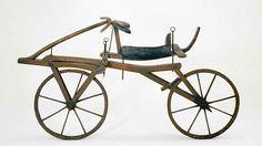 Storia e nascita della bicicletta Già in un disegno di Leonardo da Vinci compare una rappresentazione di un veicolo molto simile a una bicicletta,ma bisognerà aspettare il 1817 per vederla. La prima bicicletta fu realizzata dal baron #storia #invenzione #bicicletta